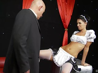 Brunette MILF maid Tammie Lee cum sprayed find out a gang bang