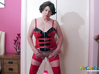 Hot mature lady enjoying autonomy alone nearby their way favourite sex toys