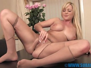 Blonde chick Jessica Foxx moans while bringing off with their way wet cunt